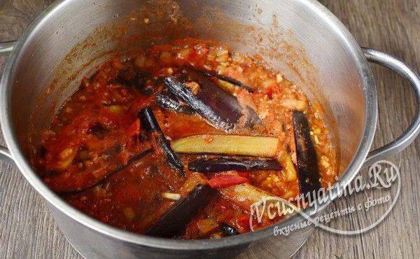 соединить баклажаны и томатную заливку, протушить