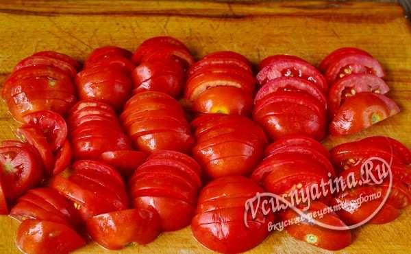 томаты нарезать полукругами