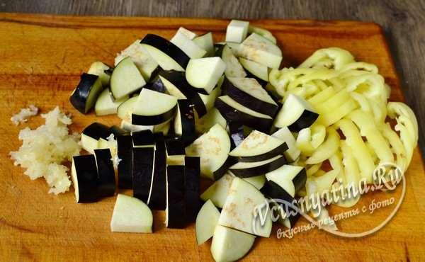 баклажаны и перец нарезать небольшими кусочками