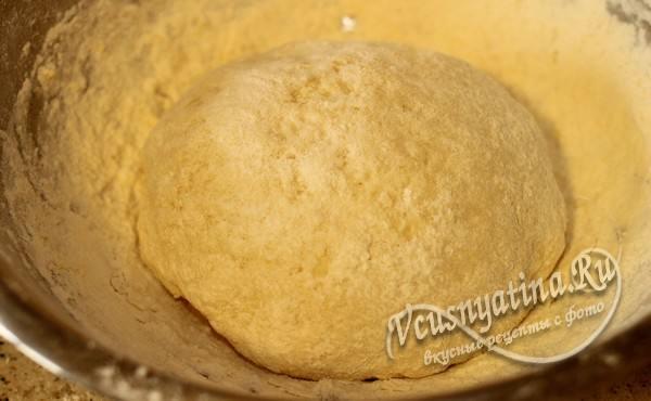 всыпьте оставшуюся муку, чтобы тесто получилось мягким и не липло к рукам