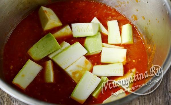в томатный соус добавить уксус и кабачки