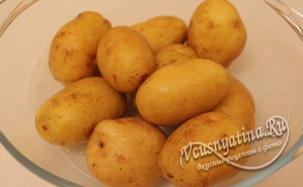 картофель помыть и обсушить, поместить в форму для запекания