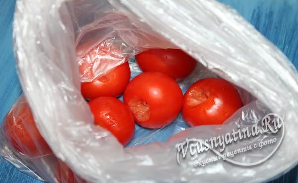 помидоры поместить в полиэтиленовый пакет