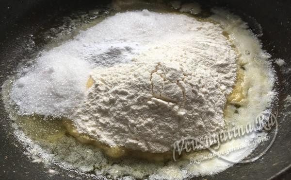 в горячее растопленное сливочное масло добавляем муку, сахар и разрыхлитель