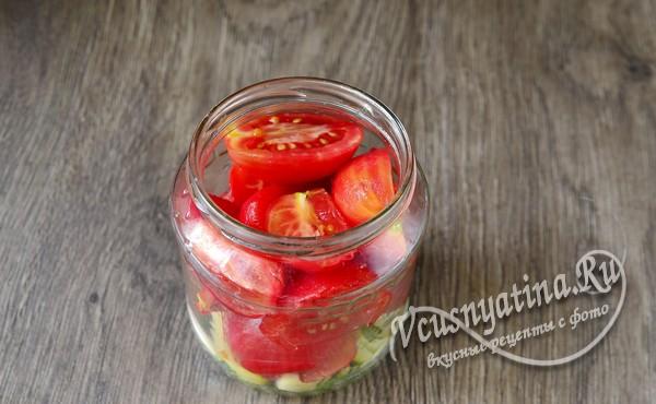 томаты нарезать дольками и уложить в банку