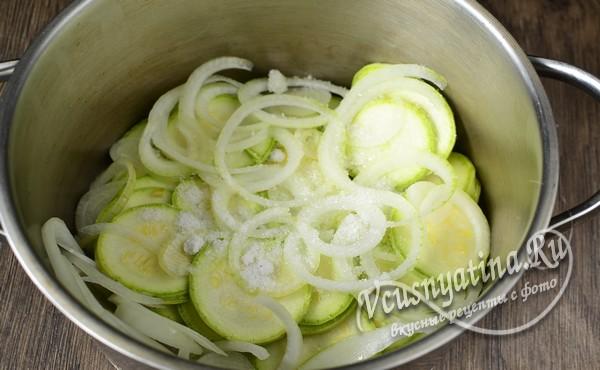 нарезанные овощи смешать в кастрюле, добавить соль и сахар