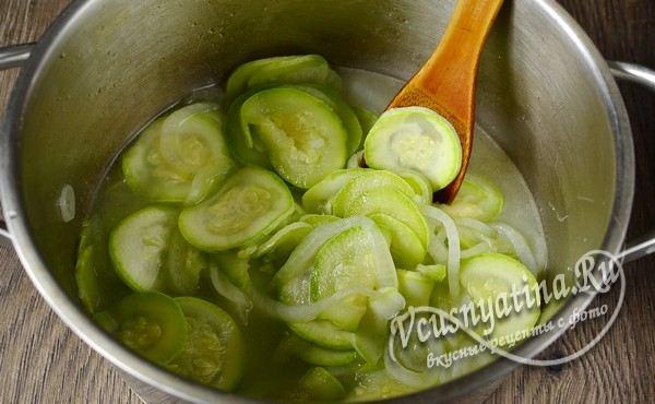 добавить уксус и растительное масло, проварить овощи