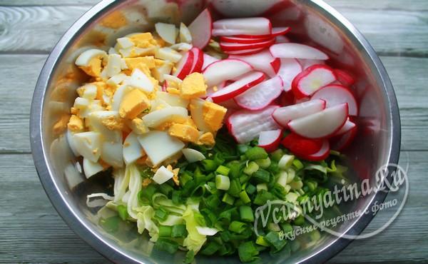 яйца нарезать и добавить к ингредиентам