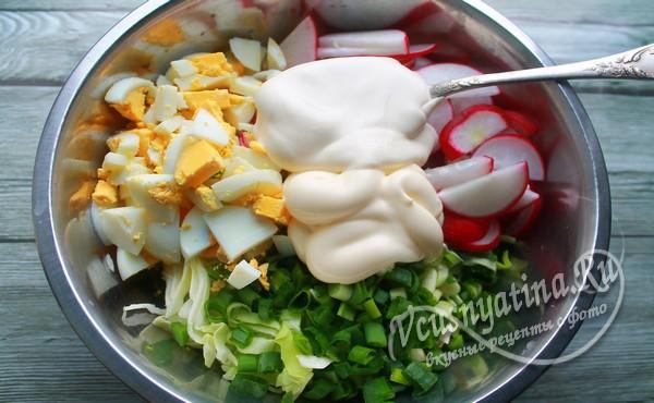 заправить салат сметаной и перемешать