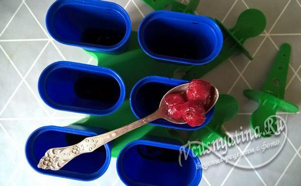 на дно каждой формочки для мороженого уложите по 3-4 ягоды вишни