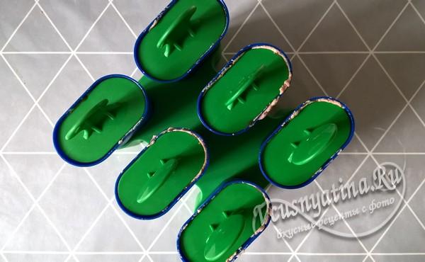 накройте все формочки их «крышками» с палочками и поставьте в морозильную камеру