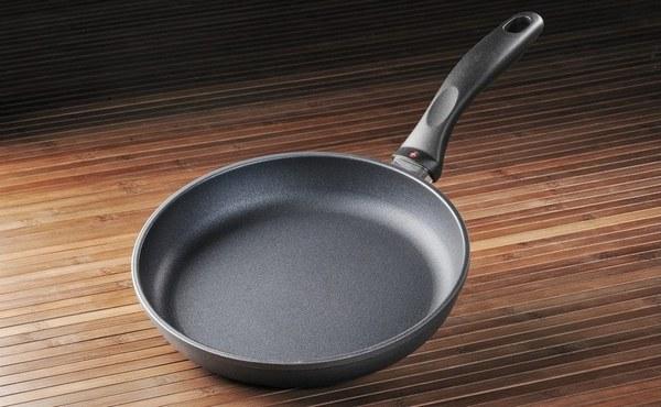 Как и чем чистить сковороды из разного материала от нагара