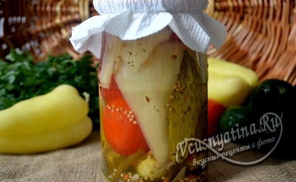 Ассорти на зиму из огурцов и помидоров и перца
