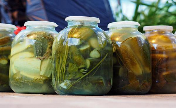 Хрустящие соленые огурцы на зиму в банках – можно хранить в квартире