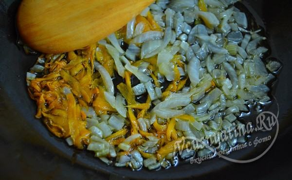 лук и морковь потушить в сотейнике