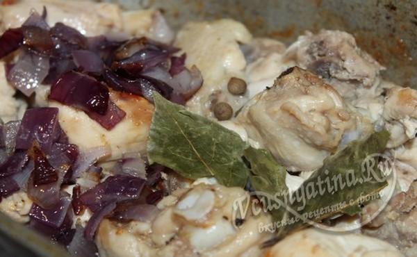 переложить лук и соус к курице