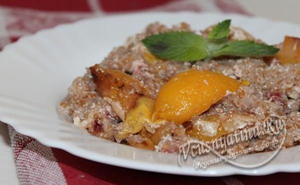 Каша из пшеничной крупы с абрикосами и малиной в духовке