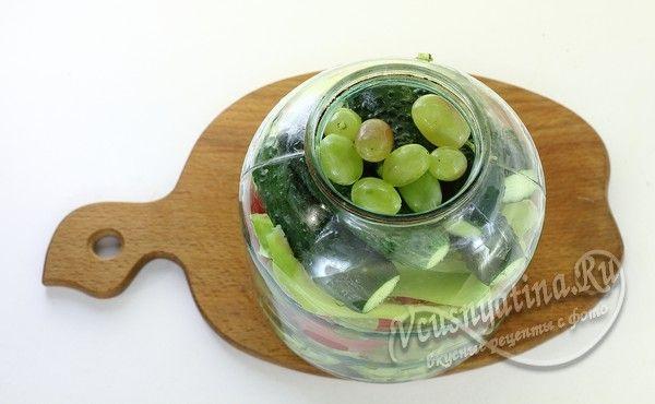 добавить огурцы и виноград