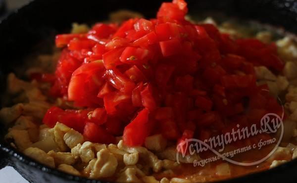 добавление помидор в сковороду