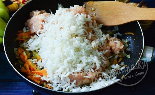 к овощам добавить заранее обжаренный фарш и отваренный рис