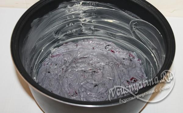 мультиварку смазывают сливочным маслом и выкладывают в нее тесто