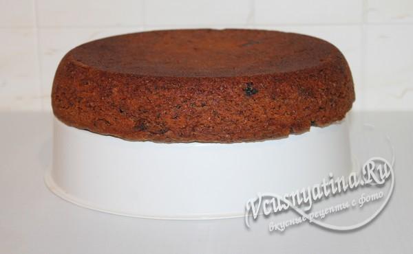 пирог извлекают из чаши при помощи корзинки-пароварки