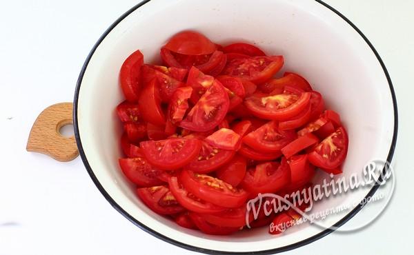 томаты нарезать колечками