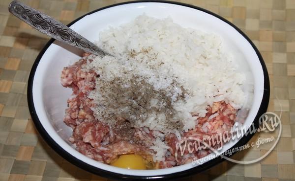 добавляем к рису фарш, специи и яйцо