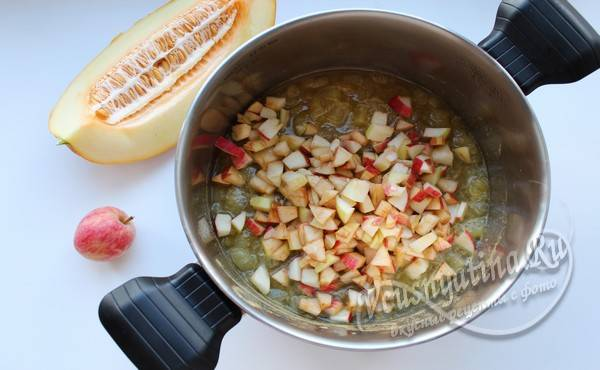 добавляем яблоки к дыне