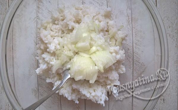 лук нарезать и добавить к рису