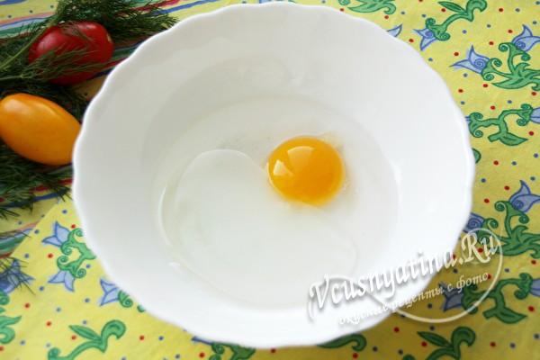 смешать яйцо с водой, маслом и уксусом