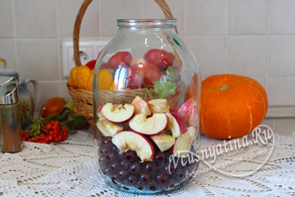 уложить в банку ягоду и яблоки