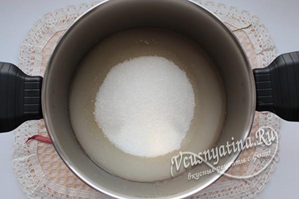 смешать половину стакана воды и 750 грамм сахарного песка
