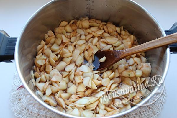 яблоки нарезать ломтиками и добавить в сироп
