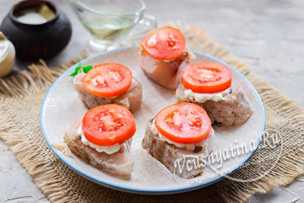 на рыбу выложить сыр и томат