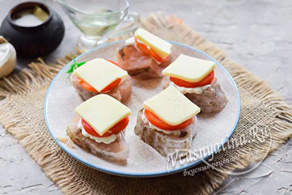 положить сыр на томат