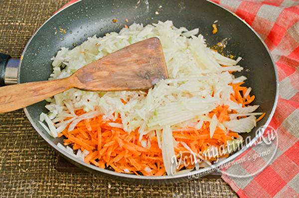 добавляем к моркови лук