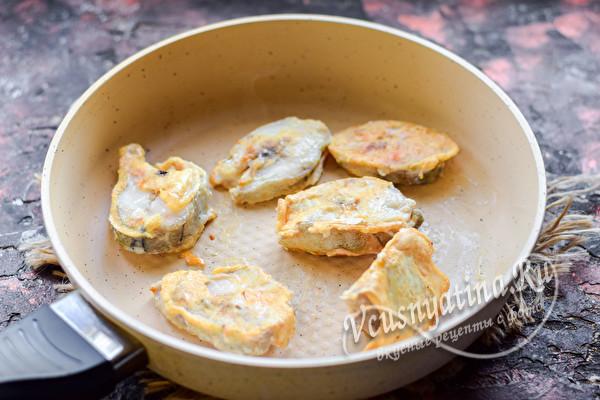 обжариваем рыбу на сковороде