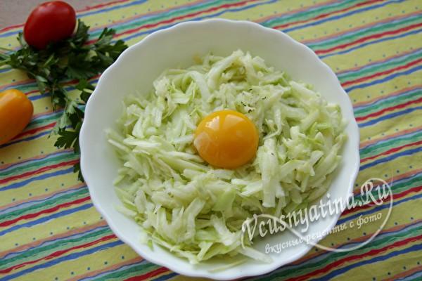 добавляем желток яйца