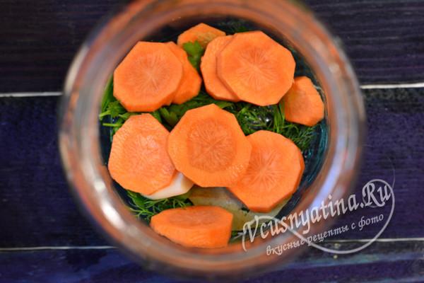 морковь нарезать кружочками и добавить в банку к специям