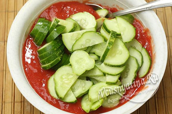 добавить огурцы в миску с соусом