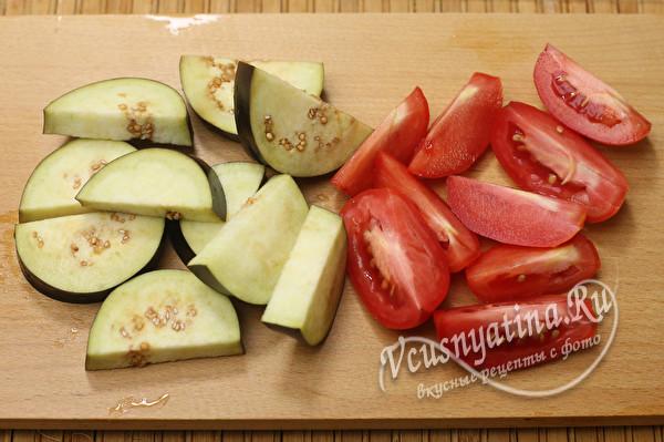 порезанные помидоры и баклажаны