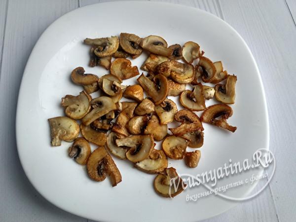выкладываем грибы на тарелку