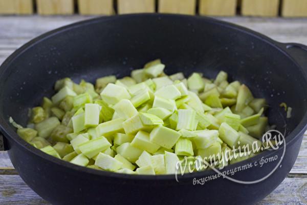 нарезать и добавить кабачок