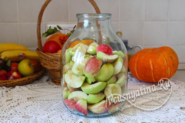 наполнить банку яблоками