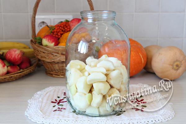 наполнить банку фруктами