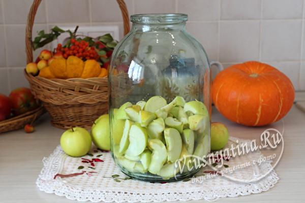 пересыпать яблоки в банку