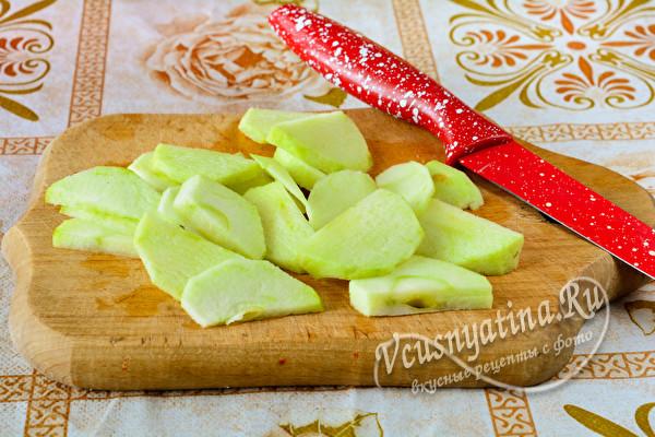 яблоки чистим от кожуры и нарезаем тонкими дольками