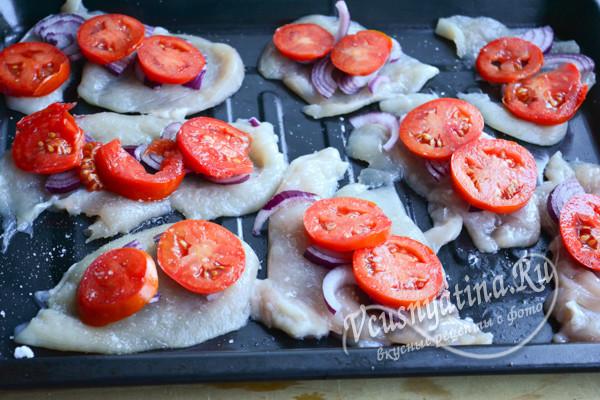 выложить на филе помидоры и лук