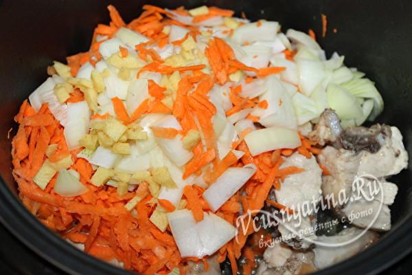 добавить лук, морковь и корень имбиря